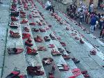 Scarpe rosso sui gradini del Duomo di San Gimignano. Foto: Auser