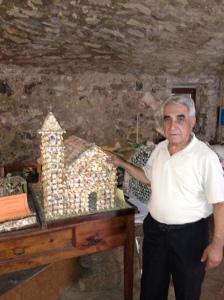 Antonio Rosati con una delle sue opere