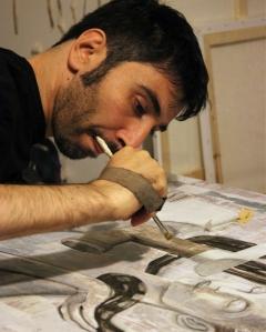 Luca Viapiana dipinge una sua opera