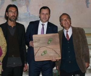 La consegna del premio Vivere con lentezza 2014 Da sinistra: Francesco Argenti, Hermano Sanchez e Bruno Contigiani