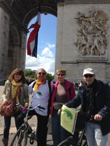 L'arrivo all'Arc de Triomphe