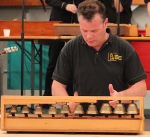 Un campanaro mentre suona le campanine