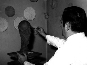 Silvio Gazzaniga lavora al modello in plastilina