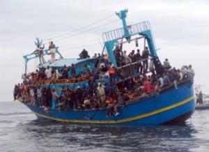 Una barcone carico di migranti nel mare Mediterraneo