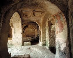 L'interno di una chiesa rupestre (foto:i taliaparchi.it)