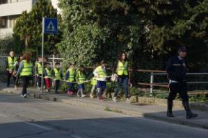I bambini di Capannori vanno l scuola con il servizio Piedibus, accompagnati da ausiliari del Comune