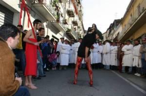 Un vattiente davanti alla statuta della Madonna Addolorata foto: newscatanzaro.it